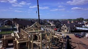 Een nieuw huis in aanbouw klem Hoogste mening van de bouw van een blokhuis stock footage