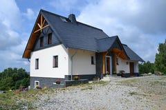 Een nieuw huis op de heuvel Royalty-vrije Stock Foto