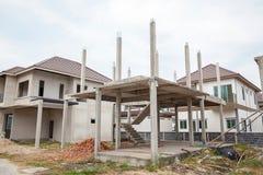 Een nieuw stok gebouwd huis in aanbouw Bouw woon nieuw huis lopend bij bouwterrein stock foto's