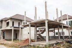 Een nieuw stok gebouwd huis in aanbouw Bouw woon nieuw huis lopend bij bouwterrein stock foto