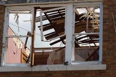 Een nieuw venster bekijkt de dag na de tornadoklap. Royalty-vrije Stock Foto
