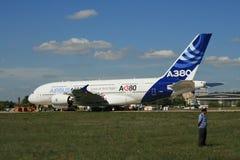 Een nieuwe Luchtbus a-380 vliegtuig treft op te stijgen voorbereidingen Stock Foto