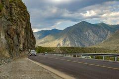 Een nieuwe windende asfalt zwarte weg met een gele het verdelen strook is royalty-vrije stock foto