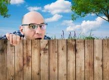 Een nieuwsgierige buur stock foto