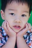Een nieuwsgierige jonge jongen Royalty-vrije Stock Afbeelding