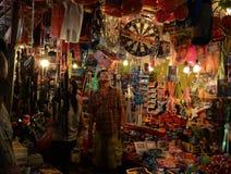 Een Nieuwsgierige Mens in Toy Shop royalty-vrije stock afbeeldingen