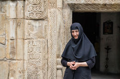 een non bij Annuli Klooster, Georgië Stock Fotografie