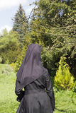 Een non in de tuin Stock Fotografie