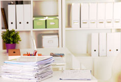 Een notaboek, laptop, pen, millimeterpapierdocument op de bureaulijst achter witte blinden Royalty-vrije Stock Afbeeldingen