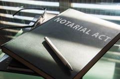 Een notariële te ondertekenen handeling stock afbeeldingen
