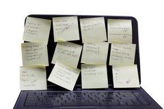 Een notitieboekje met geschreven post-it. Stock Afbeeldingen