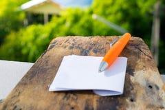Een notitieboekje met Witboek op een houten vloer voor bedrijfsnota's Stock Foto's