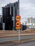 Een Nr-tractor die teken op een weg in Reykjavik, IJsland kruist stock afbeelding