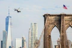 Een NYPD-helikopter die langs de Rivier van het Oosten vliegen royalty-vrije stock afbeeldingen