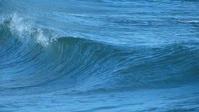 Een Oceaangolf die op het Strand in Californië breekt stock footage