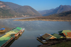 Een ochtendmist, Mening van Ping River, Lamphun-provincie, Thailand Royalty-vrije Stock Foto's