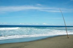 Een ogenblik die enkel van het overzees en van de blauwe hemel genieten Stock Afbeeldingen