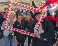 Een ogenblik van vreugde bij de grote Carnaval-partij in Viareggio, Toscanië, Italië royalty-vrije stock fotografie