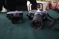 Een Olympus-Pen e-PL8 en een Olympus OM-1 Royalty-vrije Stock Foto's