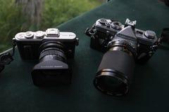 Een Olympus-Pen e-PL8 en een Olympus OM-1 Royalty-vrije Stock Foto