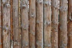 Een omheining maakte van bruine ronde verticale pijnboomlogboeken Natuurlijke logboekachtergrond stock afbeeldingen