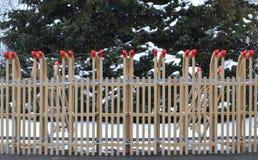 Een omheining van houten sleeën met een cristmasboom op de achtergrond stock foto's