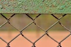 Een omheining van netto die ijzer wordt gemaakt stock afbeelding