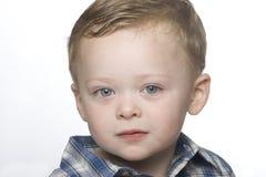 Een omhooggaand dicht portret van een kleine jongen. Royalty-vrije Stock Afbeeldingen