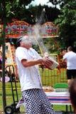 Een Onbekende Chef-kok Shows Off aan Croud aangezien hij probeert om een Ei in een Kom te vangen Stock Foto's
