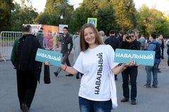 Een onbekende vrouw bij een verzameling tot steun van Alexei Navalny op Bolotnaya-Vierkant in Moskou Royalty-vrije Stock Afbeeldingen