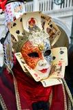 Een onbekende vrouw met twee-gekleurd masker met gezicht en hofkaarten Stock Foto's