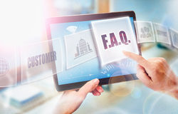 Een onderneemster die F selecteren A Q bedrijfsconcept op futuris Stock Afbeelding
