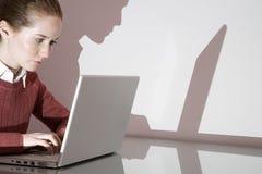 Een onderneemster die laptop met behulp van stock foto's