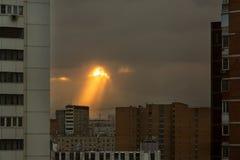 Een ongebruikelijk fenomeen in de hemel meer dan de woonwijk van a stock foto
