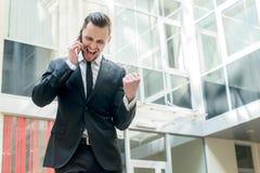 Een ongelooflijk koopje De gelukkige zakenman viert zijn succes Stock Afbeeldingen