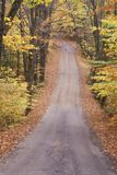 Een ongeplaveide weg door het hout, de Weg van de Sandwichinkeping, New Hampshire stock afbeeldingen