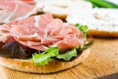 Een ongezuurd broodjesandwich stock foto's