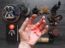 Een onheilspellend mystiek ritueel De hand van de tovenaar occultism divination Het concept Halloween Zwarte kunst royalty-vrije stock afbeelding