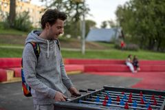 Een ontevreden jonge mens die tablefootball in park in Moskou spelen royalty-vrije stock foto's