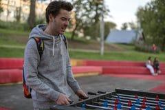 Een ontevreden jonge mens die tablefootball in park in Moskou spelen royalty-vrije stock fotografie