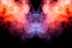 Een ontploffing van gekleurde rook die en zich naar omhoog als een pijler van brand op een zwarte achtergrond van gele rode en pu royalty-vrije stock afbeelding