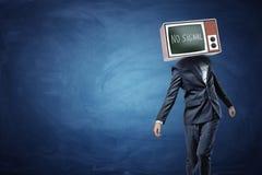 Een onvaste zakenman op blauwe achtergrond met een TV die zijn hoofd vervangen en het zwarte scherm en Geen Signaal het schrijven Stock Afbeelding