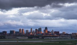 Een onweer brouwt de stad in over Kansas City en de gemeentelijke luchthaven Stock Foto's