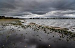 Een onweer die over een meer in Staffordshire, Engeland brouwen stock foto's