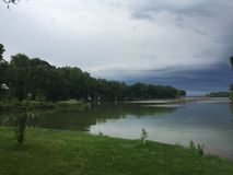 Een onweer komt aan het meer Stock Foto