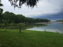 Een onweer komt aan het meer Stock Afbeelding