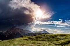 Een onweerswolk komt in de zon Het begin van het onweer Stock Afbeelding