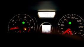 Een oogklep of een draaiindicator op het binnenland van een auto groene pijl tonen links net en stock videobeelden