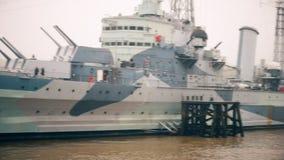 Een oorlogsschip op de rivier Theems stock videobeelden