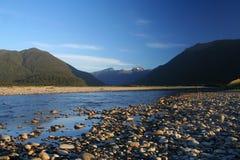 Een oorspronkelijke rivier in Nieuw Zeeland stock foto's